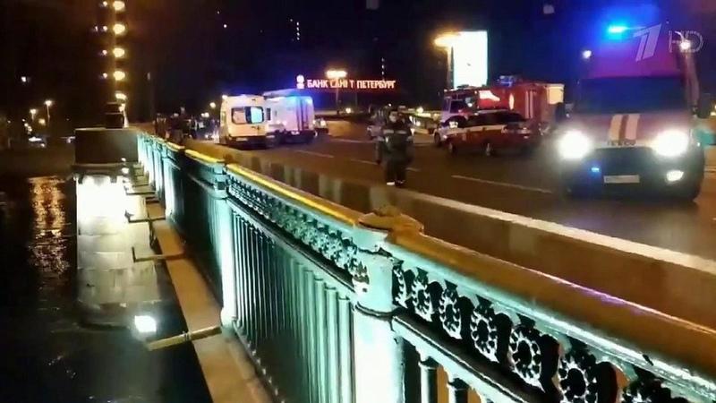 ВПетербурге итальянец наарендованной машине попытался перелететь через разведенный мост. Новости. Первый канал