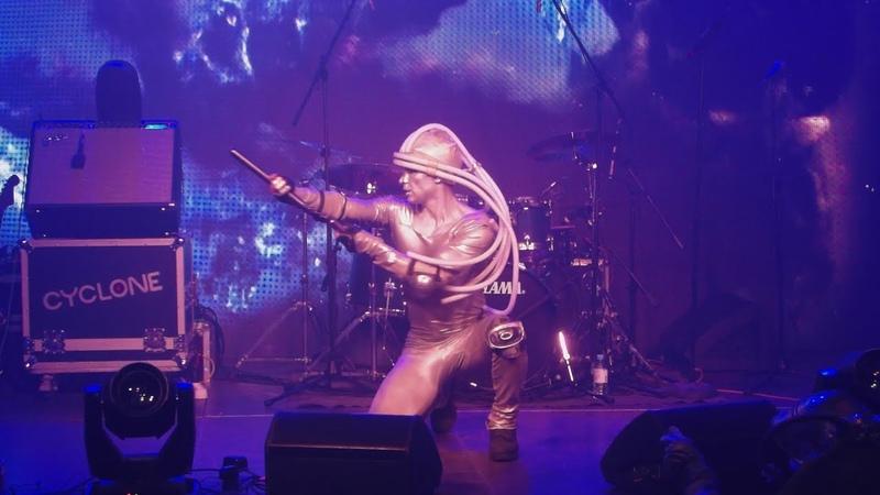 Танцующий дроид - Человек из стали