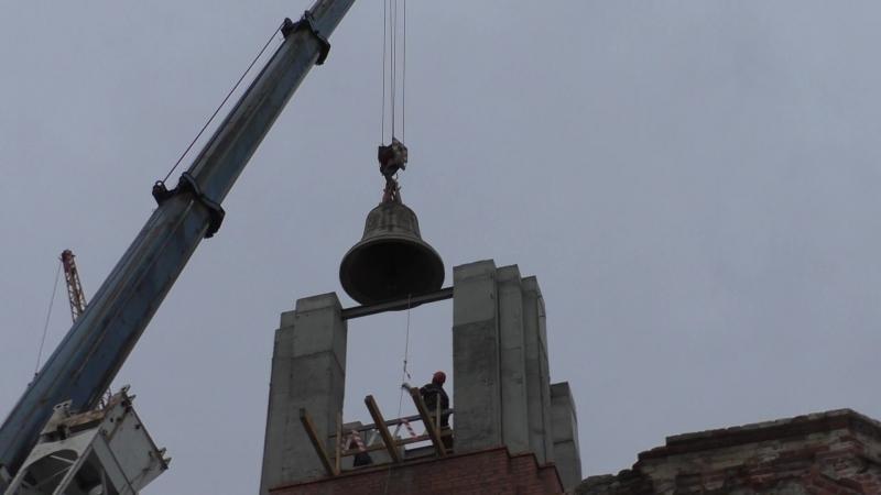 Подъём колокола-благовеста на колокольню