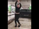 Девушка просто одчаенная танцует на парковке Бомба просто хорошо танцует