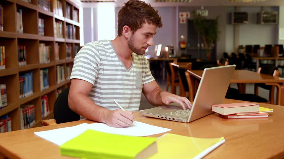 Студент пишет реферат