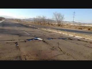 Дорожники закопали ямы на трассе песком и залили их водой под Краснокаменском (полная версия)