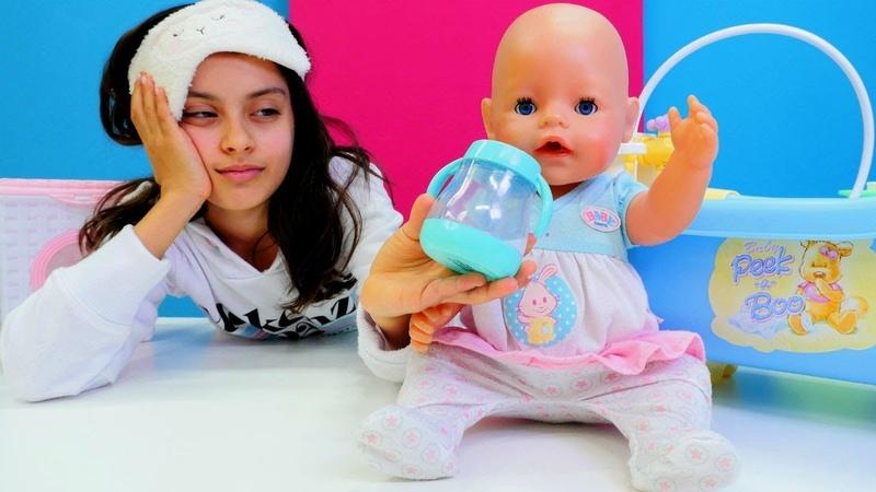 Baby Born oyuncağın uykusu gelmiyor. Bebek banyo yapma oyunu