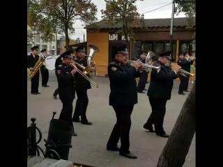 Оркестр полицейских устроил танцы