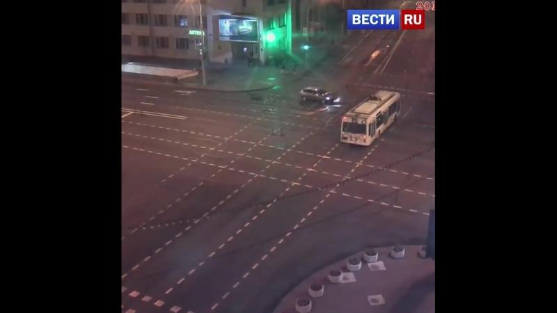Пьяный водитель устроил аварию и съехал в подземный переход станции метро.