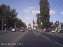 - В Саратове на дорогу нанесли непонятные линии, повесили непонятные огоньки, и ходят там .mp4