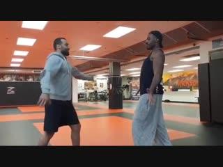 Джон Джонс учится танцевать лезгинку