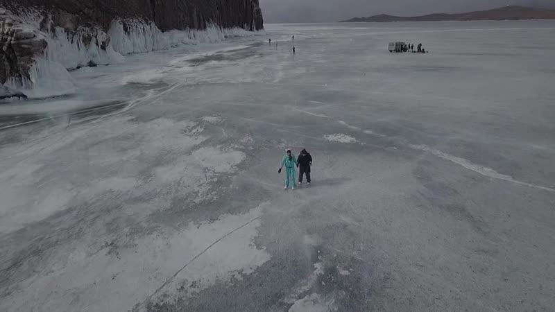 на коньках по льду Байкала