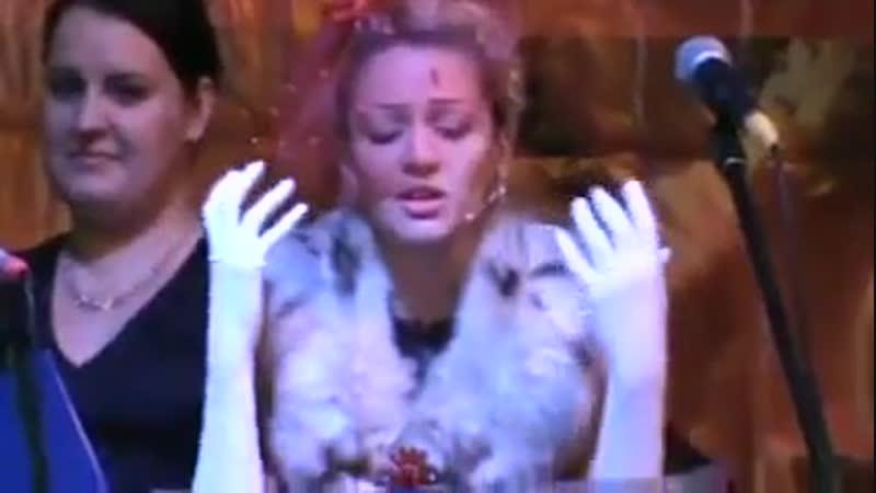 Аделина читает стихи череповецкой поэтессы А. Б. Родиной и А. А. Ахматовой на Осеннем андеграунде в Заправке