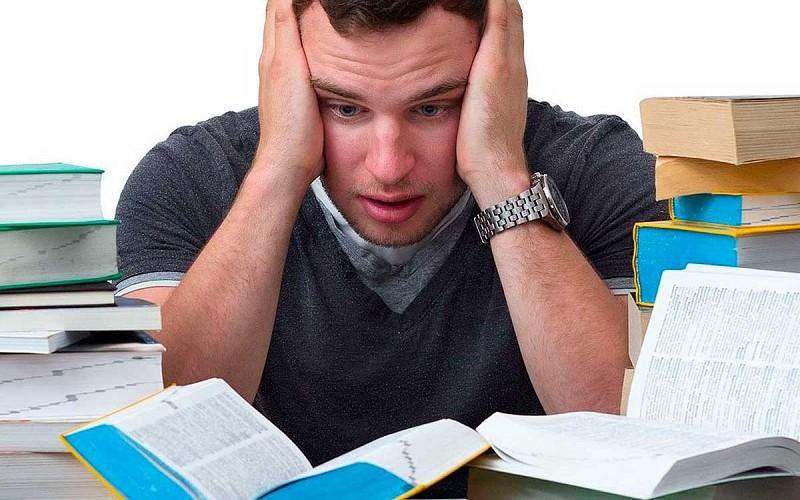 Студент пишет дипломную работу