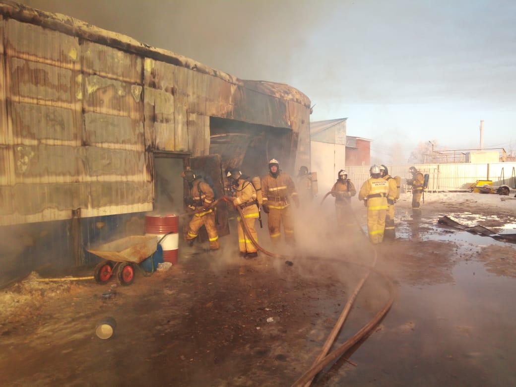 В Альметьевске горел цех по производству мебели