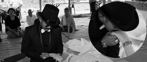 ЖЕНИЛСЯ НА МЕРТВОЙ ДЕВУШКЕ Чадил Юнйинг женился на своей подруге, которая погибла в автомобильной аварии. Специально для свадьбы на мертвую невесту тайца надели белое короткое платье, чулки,