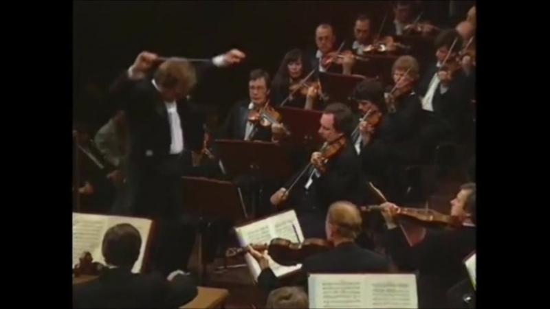 Фрагмент II части 5-й симфонии П.И. Чайковского, дирижер В. Федосеев; фрагмент фильма Полуночный поцелуй, поют М. Ланца и К. Гре