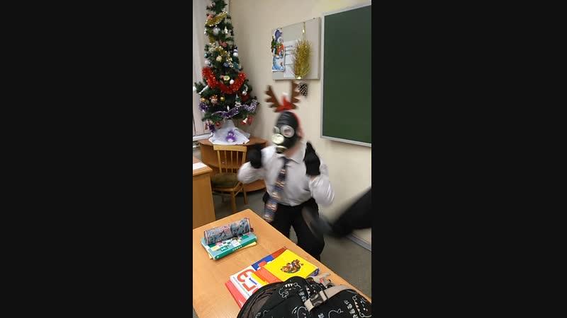 Сёма олень танцует прикольный танец на Новый год