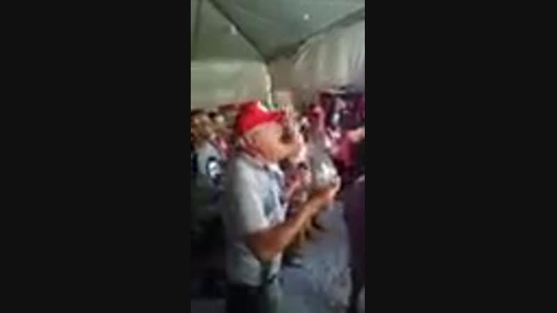 Emocionado, homem pede justiça a Lula. Critica Brasil na Vigília Lula Livre!_144p.mp4