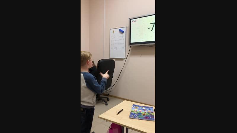 Артём (6 лет) считает на скорости 0,4с и поёт песенку