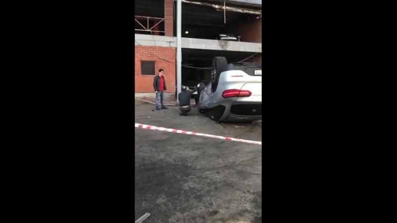 Мерс упал со 2-го этажа парковки ТЦ «Горбушкин двор» в Москве.