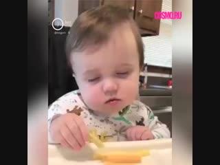 Малыш засыпает во время еды