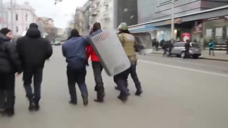 Харьков 1 марта 2014 Милиция уводит майдановца