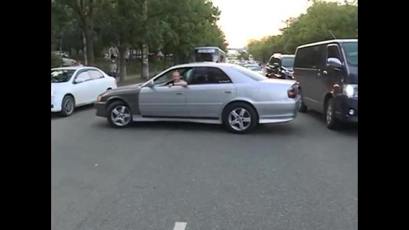Очередная банальная авария познакомила водителей двух авто на Народном проспекте mp4