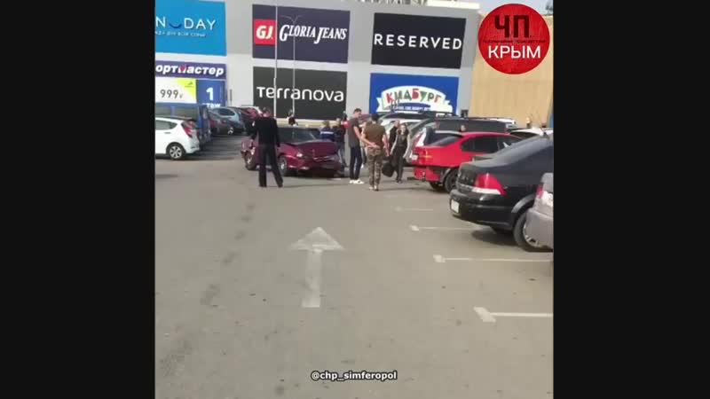 Аварии на парковке ТЦ Меганом уже традиция 🤦🏼♂️