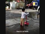 Китайский мальчик приехал помыть самокат