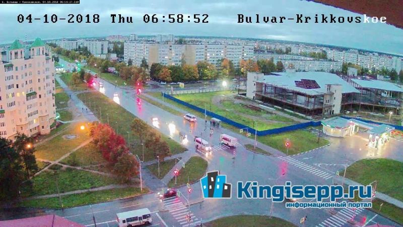 Это как вообще? Странное ДТП у заправки Татнефть в Кингисеппе. Видео с веб-камеры KINGISEPP.RU
