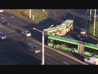 Кто куда, а они толкать троллейбус до самой работы