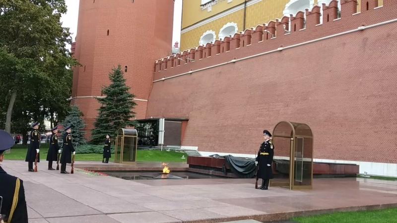 Пост Почётного караула у Вечного огня на Могиле Неизвестного Солдата у стен Московского Кремля