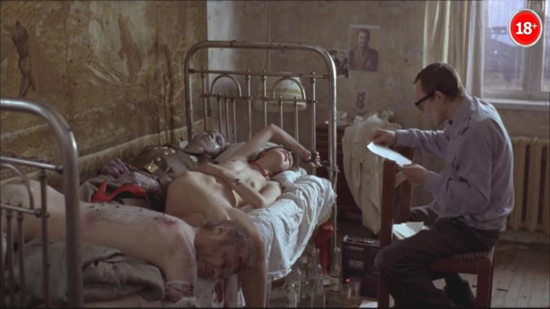 Голая Агния Кузницова прикована к кровати с двумя покойниками.
