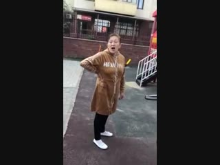 В Усть-Каменогорске женщина не пускает играть на площадку русских детей