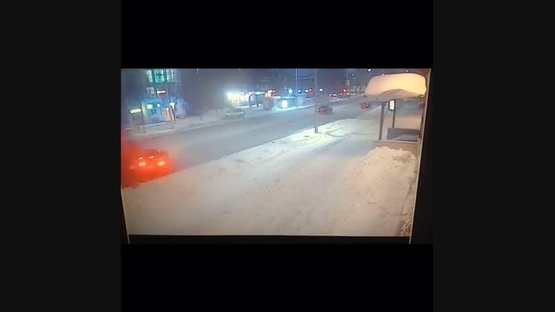 В Рязани легковой автомобиль попал под «Камаз». Информация об этом появилась в паблике «Подслушано у водителей в Рязани». Сообща