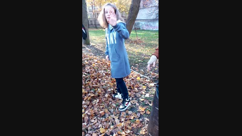 падаем в листья