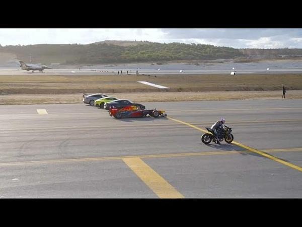 شاهد: دراجة نارية تتحدى سيارات السباق وطائ15
