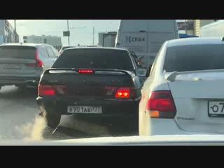 Пассажир ВАЗ 2115 в пробке в Москве угрожал пистолетом водителю другой машины