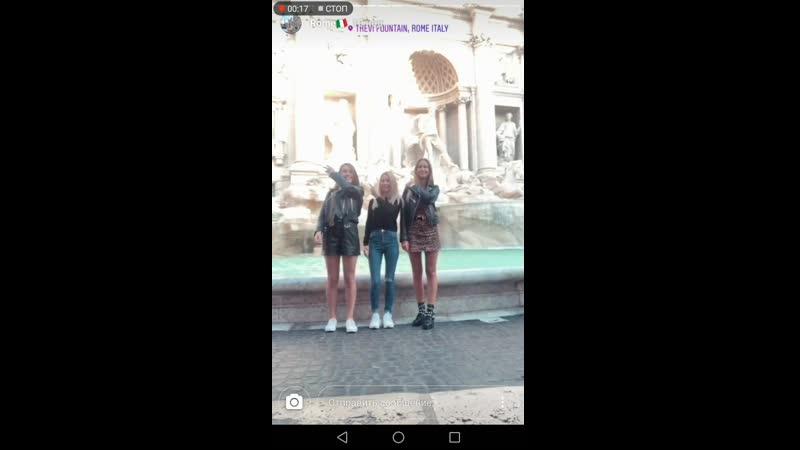 Бросают монетку в фонтан в Риме