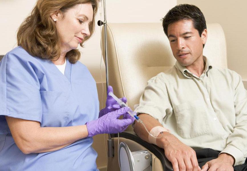 Химиотерапия убивает раковые клетки, но она также негативно влияет на окружающие здоровые клетки.