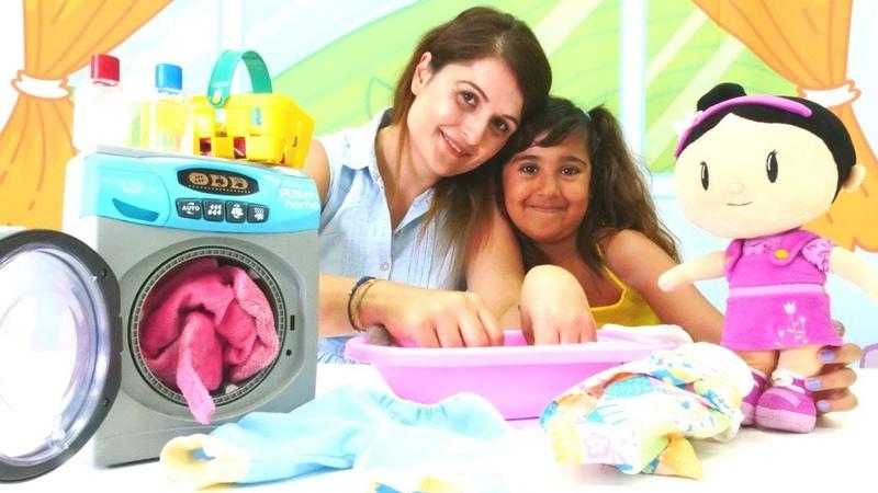 Şila çamaşır yıkıyor. Kız evcilik oyunu