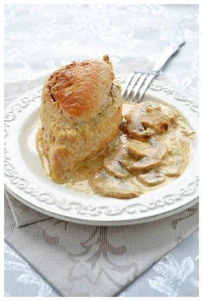 Куриные грудки фаршированные гречкой и шампиньонами, тушенные в сливочно-грибном соусе. Ну очень вкусное блюдо!)
