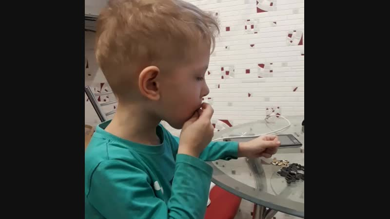 Как нужно грызть семечки, если у тебя семья