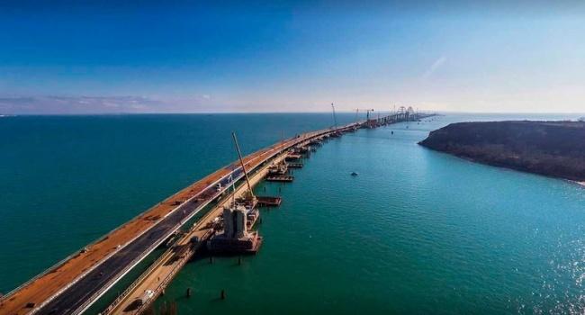 «Экономят на синей изоленте, свинособаки»: в сети жестко высмеяли падение пролета железнодорожной части Керченского моста