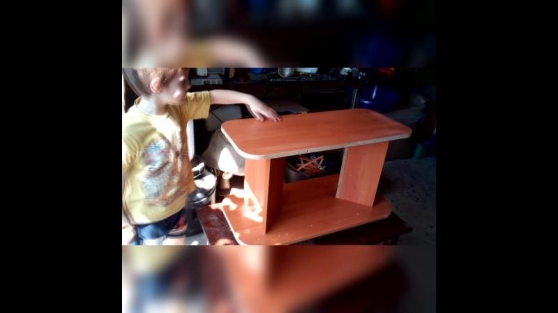 Захар в гараже активно участвует в изготовлении стола на колёсиках из бэушных кусочков ДСП.