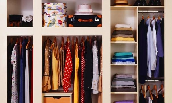 В шкафу довольно часто образуется затхлый аромат, которым быстро пропитывается вся одежда.