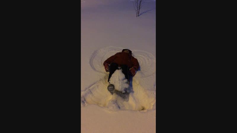 довольный снежный ангел