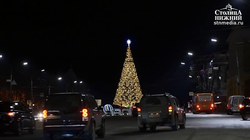 Главную городскую елку установили на площади Минина и Пожарского в Нижнем Новгороде