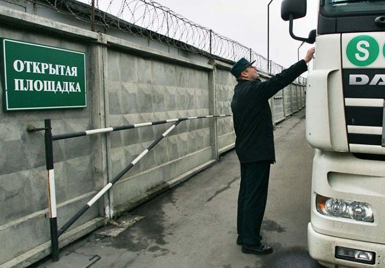Сотрудник Таганрогской таможни отказался от двух тысяч рублей, которые ему предлагал гражданин Украины