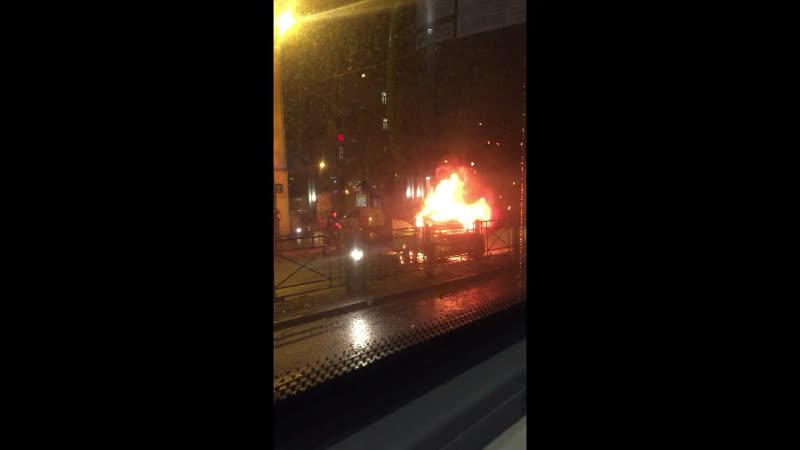 В центре Петербурга сегодня ночью Skoda, в которой находилась пьяная компания из 4 человек, врезалась прямо в BYD