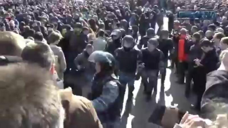 Забастовка наших детей ! Аресты и стычки ! Позор полиции .mp4