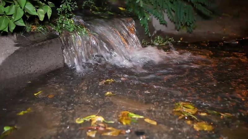 На улице Осенней из под дома бьет фонтан воды