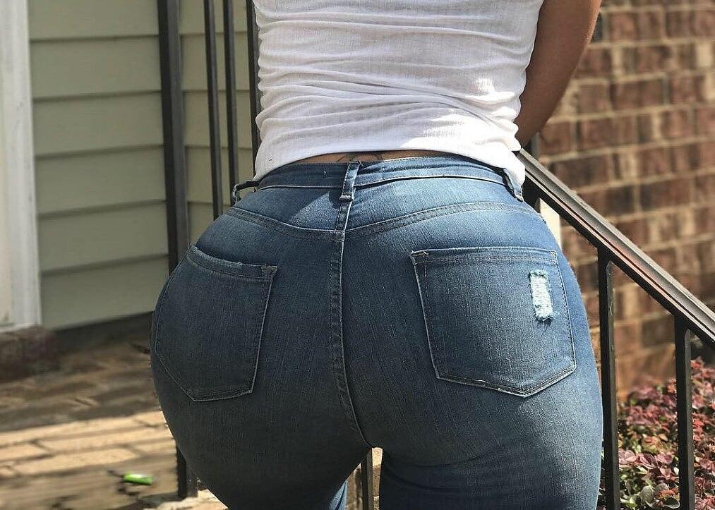 Prostituta de piernas grandes y tanga blanca